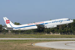 Luqa,马耳他2007年7月5日:非洲国际空中航线麦克当诺道格拉斯公司DC-8-62H (F)离开从跑道32 库存图片