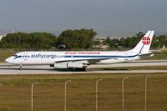 Luqa,马耳他2007年7月5日:非洲国际空中航线麦克当诺道格拉斯公司DC-8-62H (F)离开从跑道32 免版税库存照片
