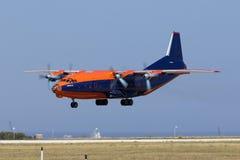 Luqa,马耳他2015年6月18日:Cavok空气安托诺夫An-12BK着陆跑道31 免版税库存图片