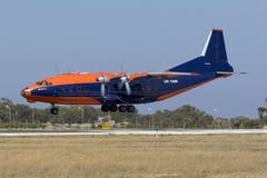 Luqa,马耳他2015年6月18日:Cavok空气安托诺夫An-12BK着陆跑道31 库存照片