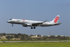 Luqa,马耳他2015年3月25日:Niki巴西航空工业公司190LR着陆跑道31 库存图片