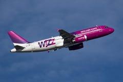 LUQA,马耳他2014年11月15日:Wizz空气空中客车A320-232离开跑道13 免版税图库摄影