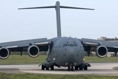 Luqa,马耳他, 2012年10月1日:在滑行道的C-17 库存图片