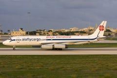 Luqa,马耳他, 2007年10月18日:DC-8着陆 图库摄影