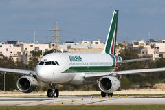 Luqa, Μάλτα - 14 Ιανουαρίου 2015: Αναμονή της απογείωσης Στοκ Φωτογραφίες