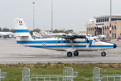 Luqa, Μάλτα στις 4 Απριλίου 2005: Γαλλική Πολεμική Αεροπορία dHC-6 προσγειωμένος διάδρομος 31 Στοκ Εικόνες