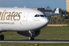 Luqa, Μάλτα στις 9 Ιανουαρίου 2015: Εμιράτα A330 που οπισθοδρομούν το διάδρομο Στοκ Φωτογραφία