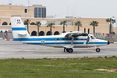 Luqa, Мальта 4-ое апреля 2005: Французское взлётно-посадочная дорожка 31 посадки военновоздушной силы dHC-6 Стоковая Фотография