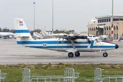 Luqa, Мальта 4-ое апреля 2005: Французское взлётно-посадочная дорожка 31 посадки военновоздушной силы dHC-6 Стоковое Фото
