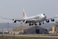 Luqa, Мальта 24-ое июня 2015: Посадка транспортного самолета 747 Стоковое фото RF