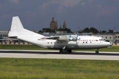 Luqa, Мальта, 27-ое июня 2007: Посадка An-12 Стоковые Изображения RF