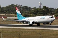 Luqa, Мальта, 19-ое июля 2015: Luxair 737-800 приземляясь Стоковые Изображения