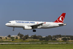 Luqa, Мальта 25-ое марта 2015: Аэробус A320-232 Turkish Airlines на взлётно-посадочная дорожка 31 выпускных экзаменов Стоковые Фото