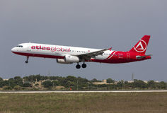 Luqa 10 Augusti 2015: AtlasGlobal A321 Royaltyfria Foton