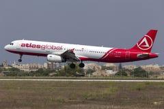 Luqa 10 Augusti 2015: AtlasGlobal A321 Arkivfoto
