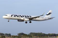 Luqa 3 Augusti 2015: Landning för Finnair flygbuss A321-231 Arkivbild