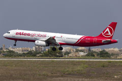 Luqa, 10 Augustus 2015: AtlasGlobal A321 Stock Foto