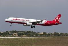 Luqa, el 10 de agosto de 2015: AtlasGlobal A321 Fotos de archivo libres de regalías