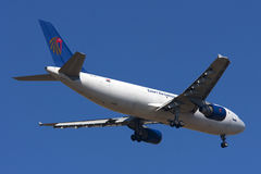 Luqa, Malta, am 27. April 2012: Airbus A300 auf Endanflug Lizenzfreies Stockbild