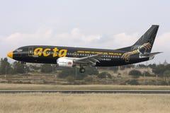 Luqa Malta, 26 April 2008: Boeing 737-300 som landar Arkivbild