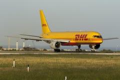 Luqa, Malta am 28. April 2015: DHL Boeing 757 bereitet sich für sich entfernen vor Stockfotos