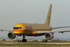 Luqa, Malta am 28. April 2015: DHL Boeing 757 bereitet sich für sich entfernen vor Lizenzfreies Stockfoto