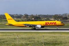 Luqa Malta 2 April 2015: DHL Boeing 757 som landar i morgonen Royaltyfria Foton