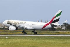 Luqa, Malta 2 April 2015: Emiraten A330 die in de middag landen Royalty-vrije Stock Fotografie