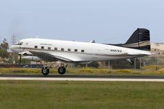Luqa Malta 2 April 2015: En sällsynt DC-3TP ankommer i Malta Royaltyfri Foto