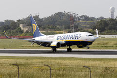 Luqa, Malta 18 April, 2015: Landende baan 31 van Ryanair Boeing 737-8AS Royalty-vrije Stock Foto's
