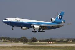 Luqa Malta, 21 April 2008: Landning DC-10 Arkivbild