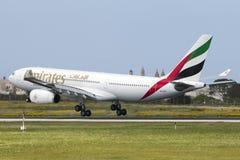 Luqa Malta 2 April 2015: Landning för emirater A330 i eftermiddagen Royaltyfri Fotografi