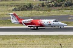 Luqa Malta 18 April, 2015: Landningsbana 31 för ambulansLearjet landning Royaltyfri Fotografi