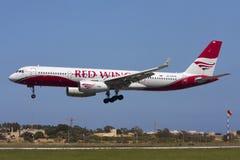 Luqa, Malta, 21 April 2012: Luchtbus A300 op definitieve benadering Stock Foto's