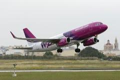Luqa, Malta 18 April, 2015: Wizz Air-Luchtbus A320 het vertrekken baan 13 Royalty-vrije Stock Afbeeldingen