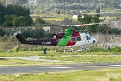 Luqa, Malta 2 de abril de 2015: Táxi de Bell 412EP dos helicópteros do golfo de volta à base Fotografia de Stock Royalty Free
