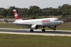 Luqa, Malta 30 de agosto de 2015: Aterrizaje suizo A320 fotografía de archivo libre de regalías