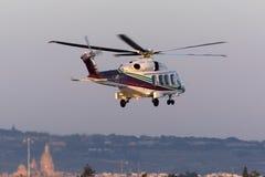 Luqa, Malta - 17 de dezembro de 2015: AW189 que sae à plataforma petrolífera Fotos de Stock Royalty Free