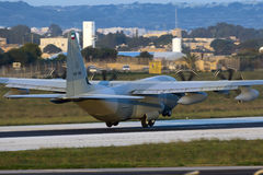 Luqa, Malta - 17 de diciembre de 2015: C-130J en la luz de la madrugada Fotos de archivo libres de regalías