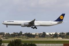Luqa, Malta 12 de enero de 2016: A340 en finales Fotos de archivo libres de regalías