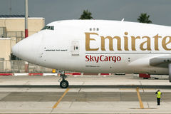 Luqa, Malta - 12 de febrero de 2015: aparcamiento que toma 747 Fotografía de archivo libre de regalías