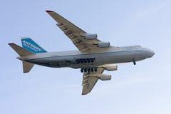 Luqa, Malta - 27 de febrero de 2008: Aterrizaje An-124 Fotografía de archivo