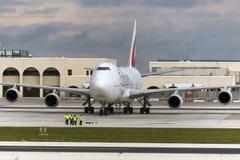 Luqa, Malta 12 de febrero de 2015: Emiratos 747 en el delantal 9 Foto de archivo