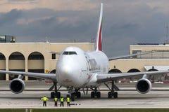 Luqa, Malta 12 de febrero de 2015: Emiratos 747 en el delantal 9 Imagen de archivo
