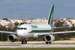 Luqa, Malta - 14 de janeiro de 2015: Esperar decola Fotos de Stock