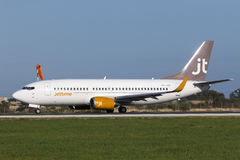 Luqa, Malta 14 de janeiro de 2015: Jet Time Boeing 737 decola a pista de decolagem 31 Imagens de Stock