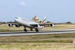 Luqa, Malta 26 de janeiro de 2013: Os emirados Airbus A340-313 dos emirados decolam a pista de decolagem 31 Imagens de Stock Royalty Free