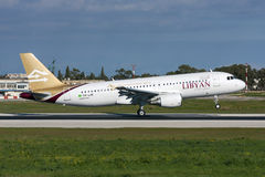 Luqa, Malta 6 de janeiro de 2011: Pista de decolagem líbio 13 da aterrissagem A320 Foto de Stock