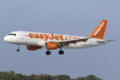 Luqa, Malta 9 de julho de 2015: Aterrissagem de Easyjet A320 Imagens de Stock Royalty Free