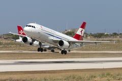 Luqa, Malta 2 de julho de 2005: O austríaco A320 decola sobre Imagem de Stock Royalty Free